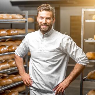 Bäcker in Backstube quadratisch