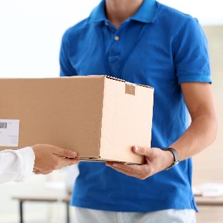 Kurier bringt das Paket