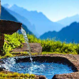 Wasser läuft aus Brunnen
