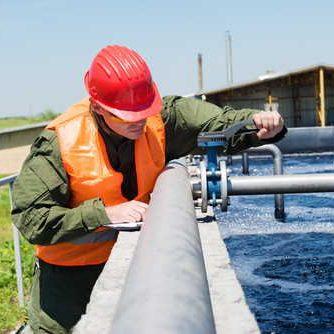 Wasseraufbereitungsanlage mit Person, Techniker